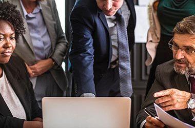 L'interdiction d'un opérateur d'être mandataire de plusieurs groupements d'entreprises